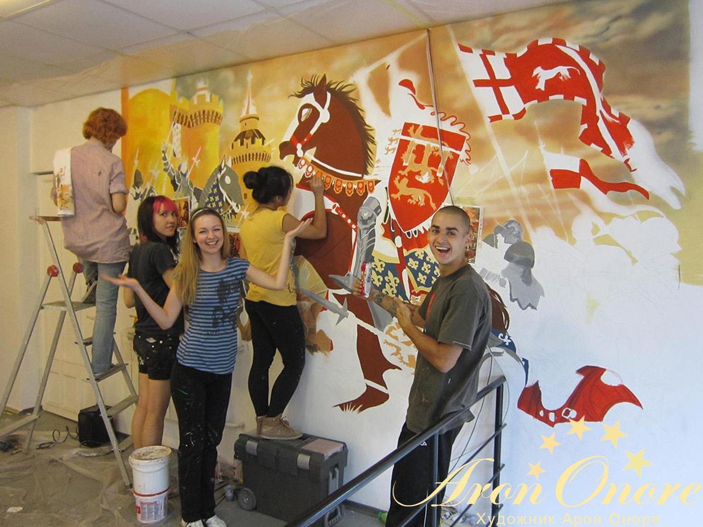 Процесс работы – нанесение сказочного рисунка на стену квартиры