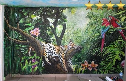 Рисунки на стенах в подъезде в Москве: джунгли на 17 этаже