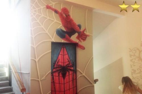Детский рисунок на лифте в подъезде  «Spider man»
