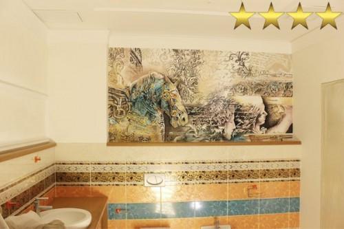 Картина на стене в ванной комнате. Художник Арон Оноре