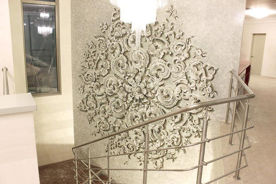 Альфрейная роспись на стене у лестницы