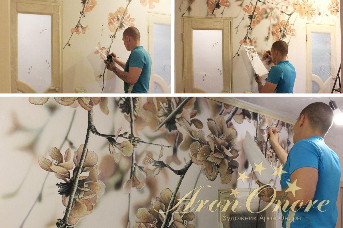 Арон Оноре рисует цветы в квартире