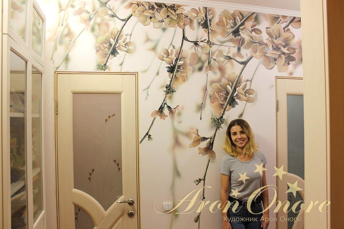 Художник Юлия Агеева возле росписи на стене