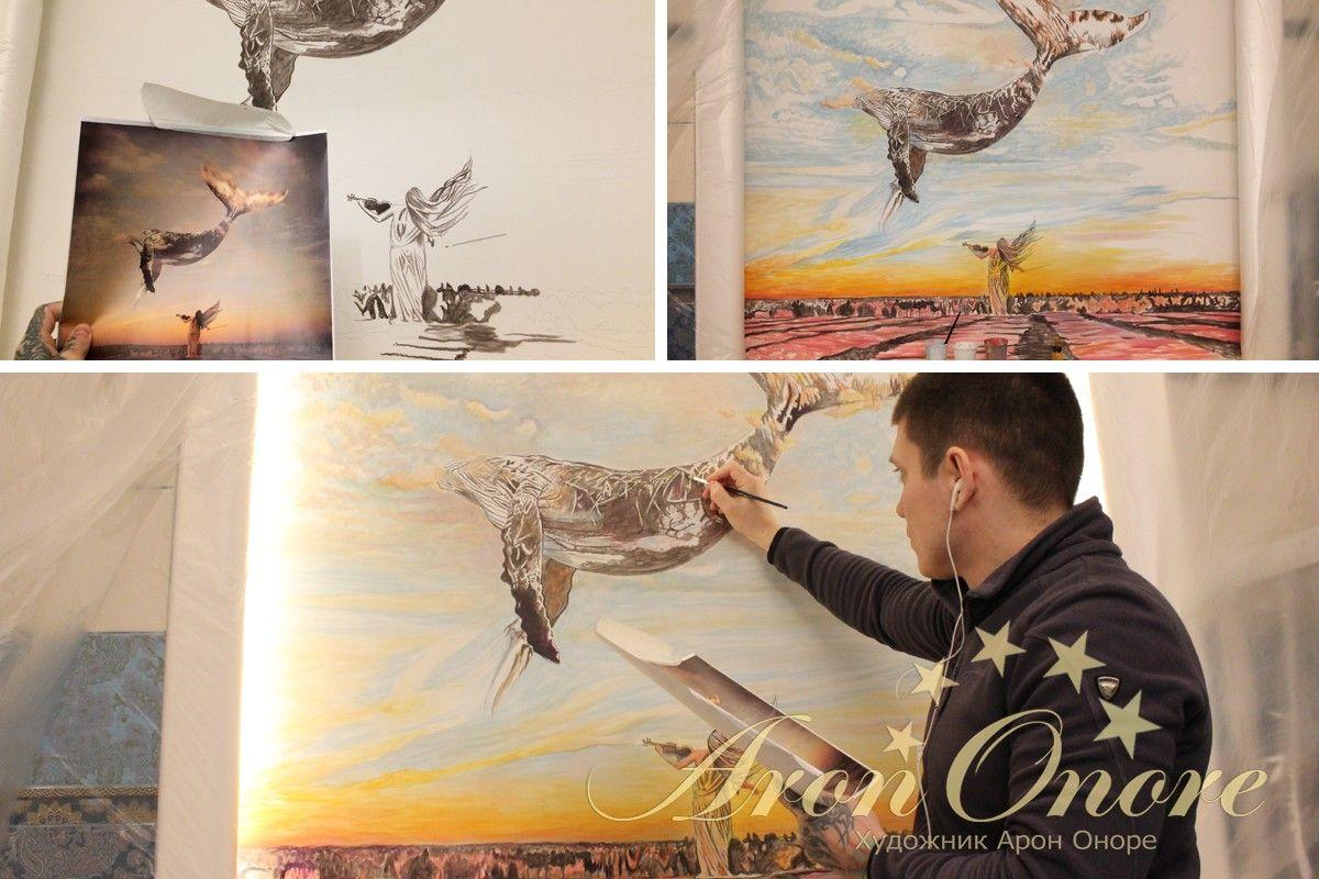 Художник рисует на стене девушку