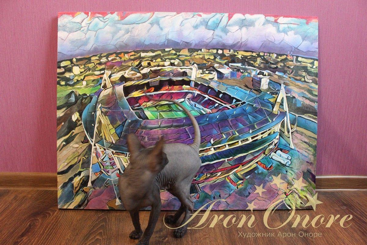 Кот сфинкс смотрит на картину