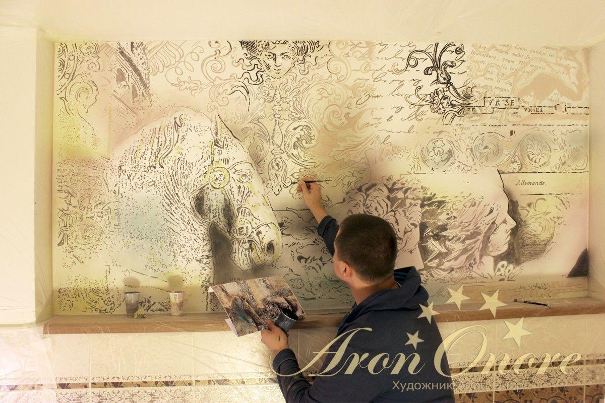 на стенах рисует художник