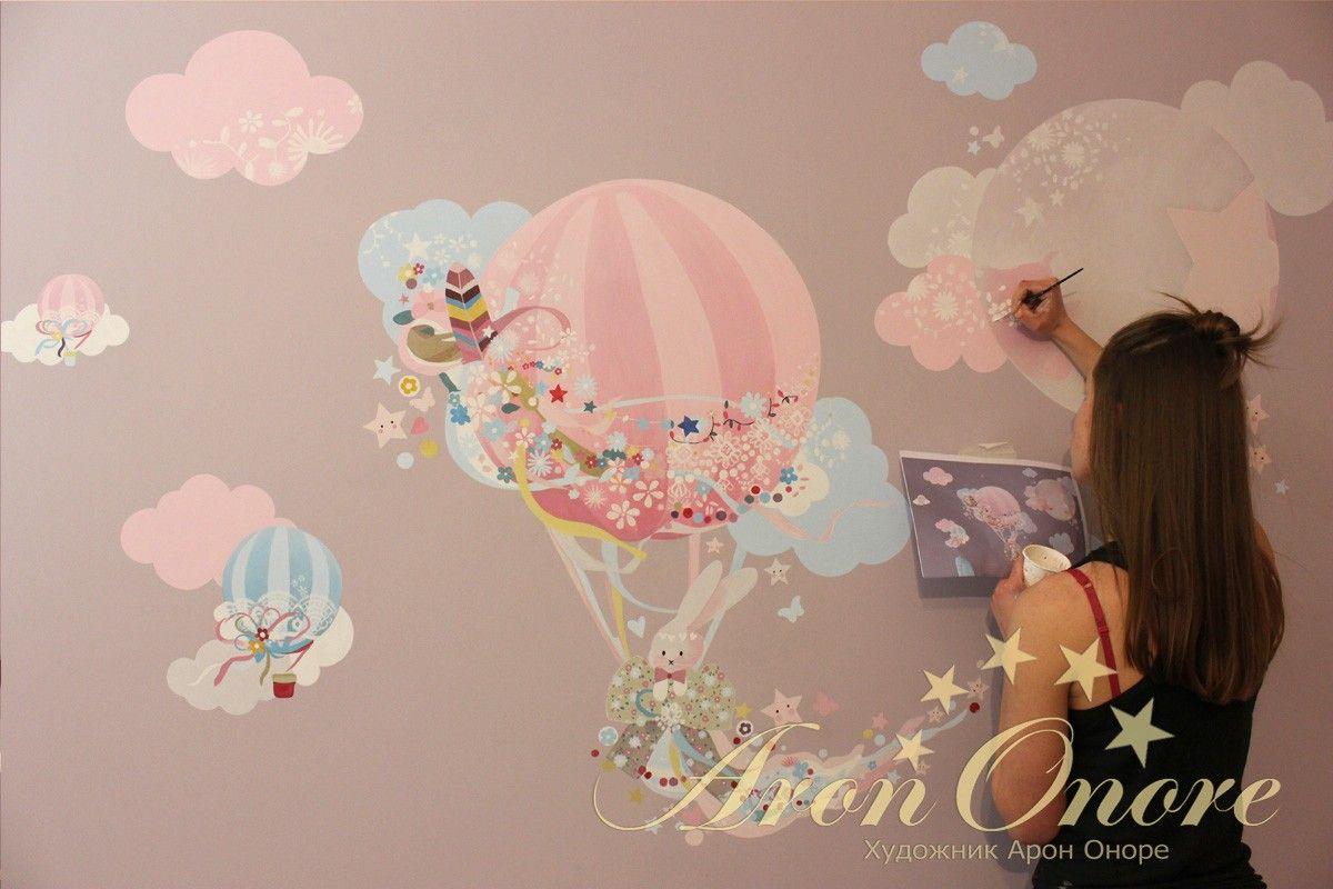 Рисует на стене в детской художник