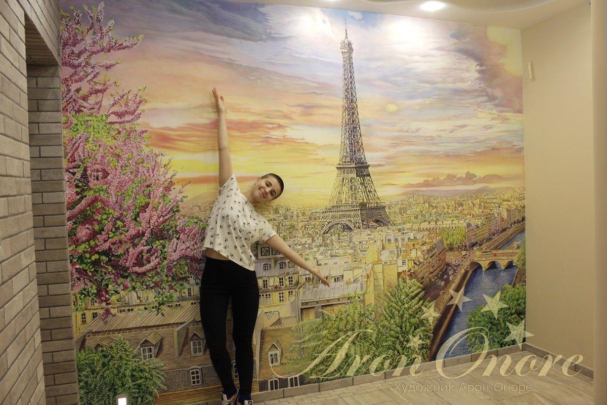 девушка у разрисованной стены
