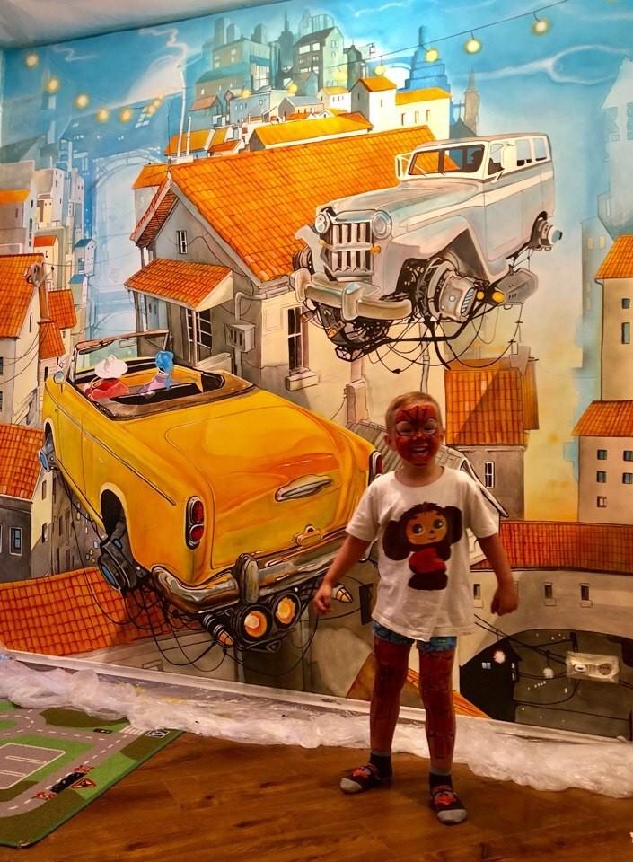 детская для мальчика с росписью на стене