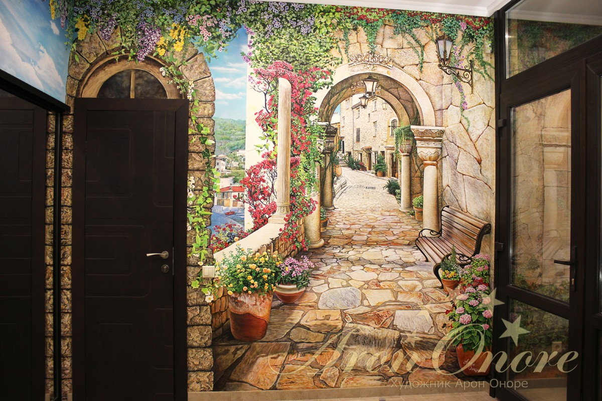 Роспись на стене в прихожей