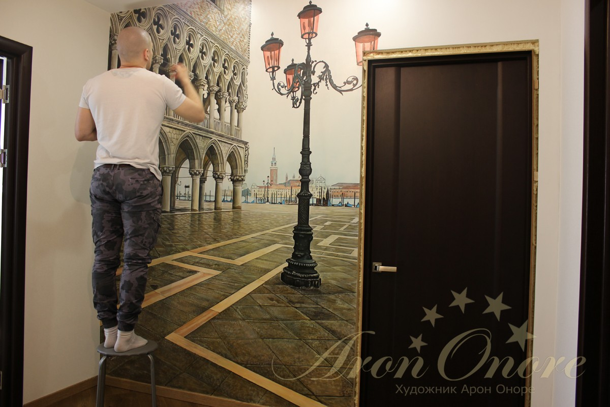 Арон Оноре рисует на стене Венеция