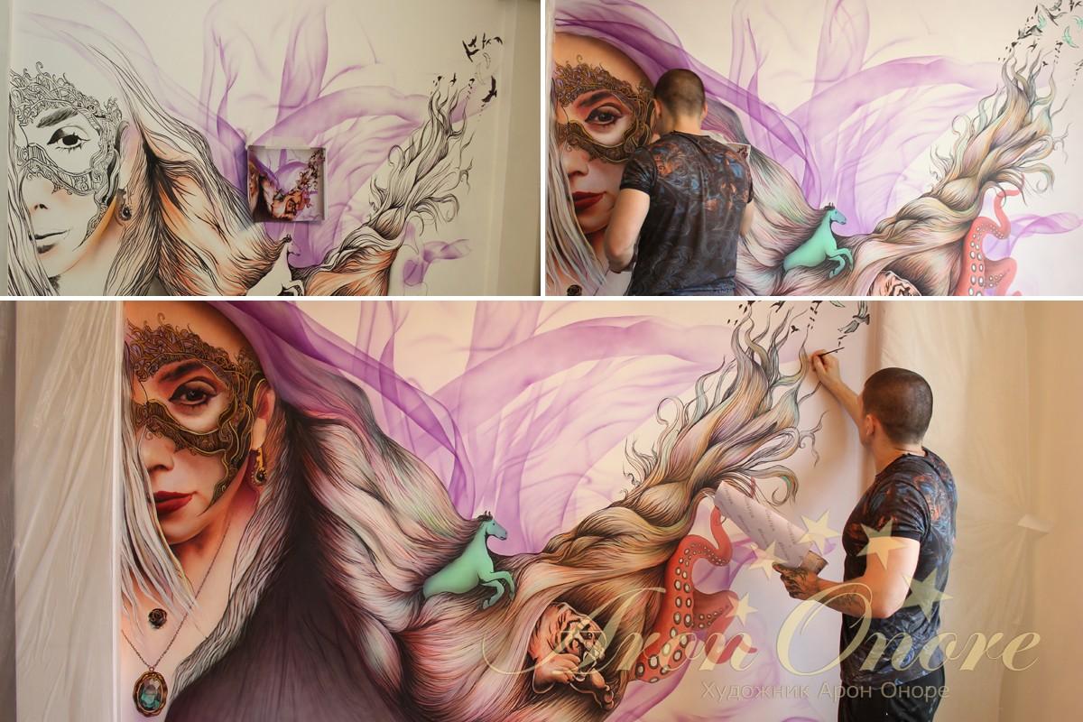 Художник Арон рисует портрет на стене