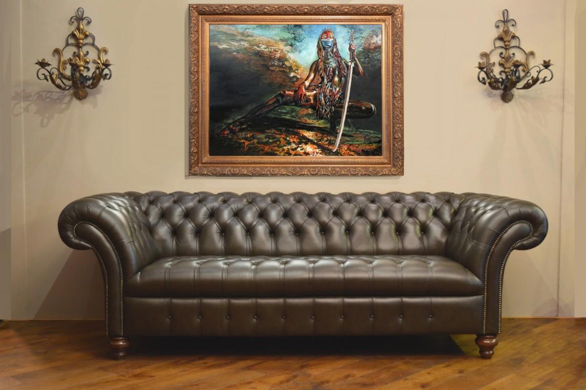 Картина в интерьере девушка с мечом