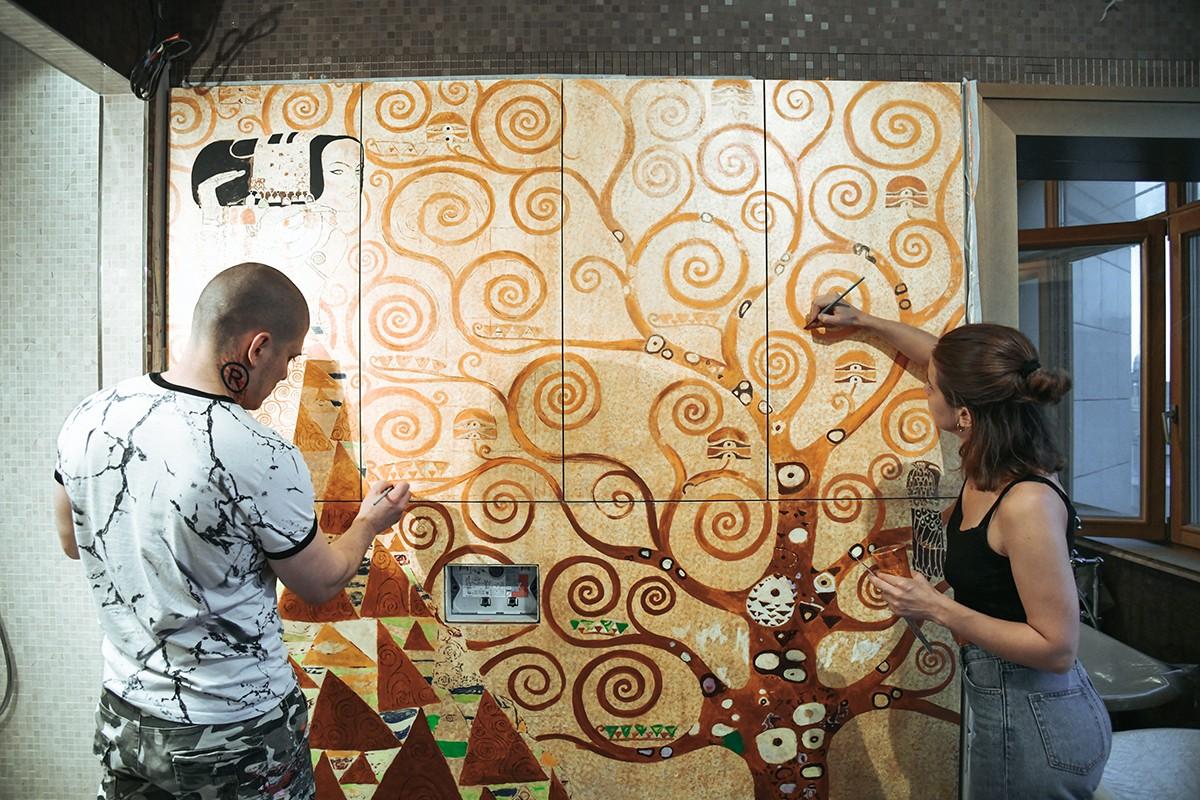 Арон Оноре рисует роспись Густав Климт Дерево.