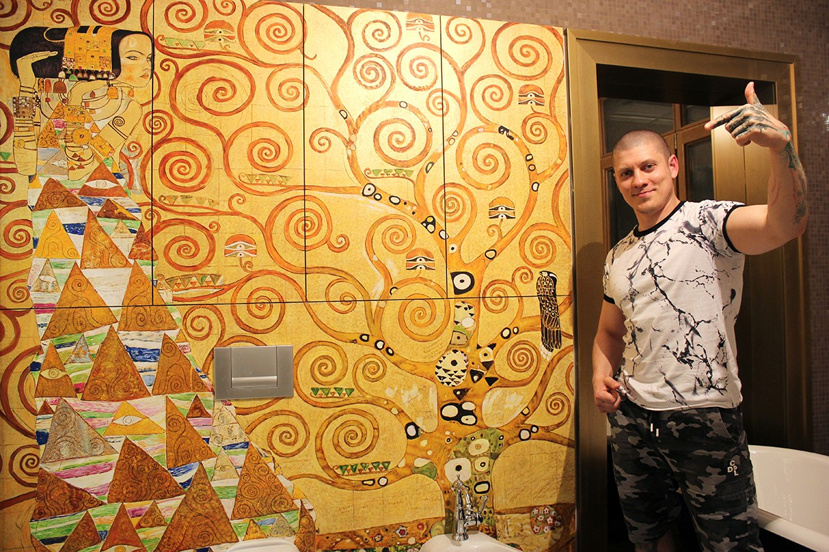 Картина на стене Климт, рисовал художник Арон Оноре.