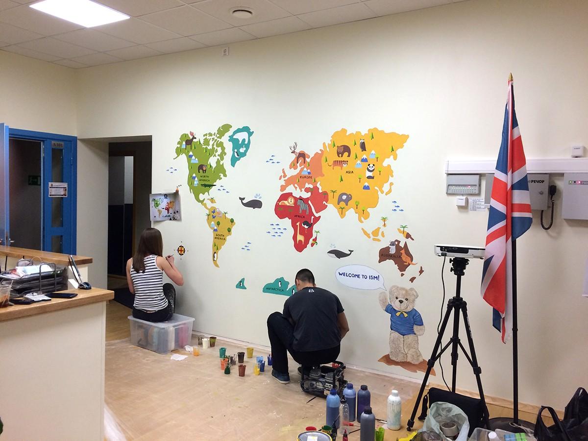 Роспись на стене в школе английского языка