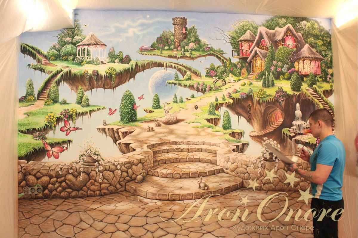 Арон Оноре рисует на стене сказочный мир