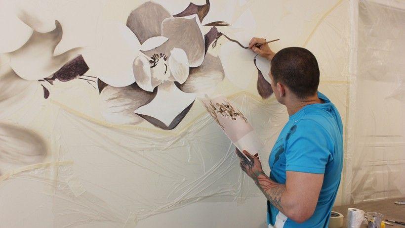ветка с цветами на стене