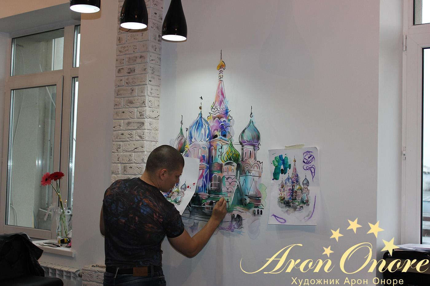 арон оноре рисует на стене кухне храм