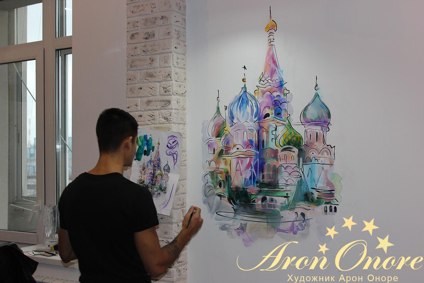 процесс создания рисунка на стене московской кухни