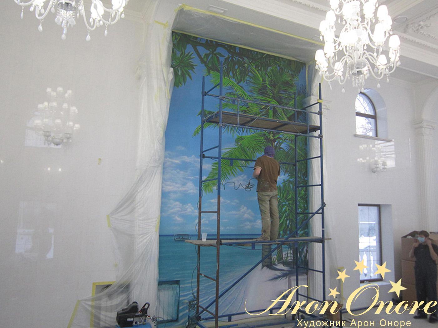 Художник – рисует граффити на стене дома в Киеве