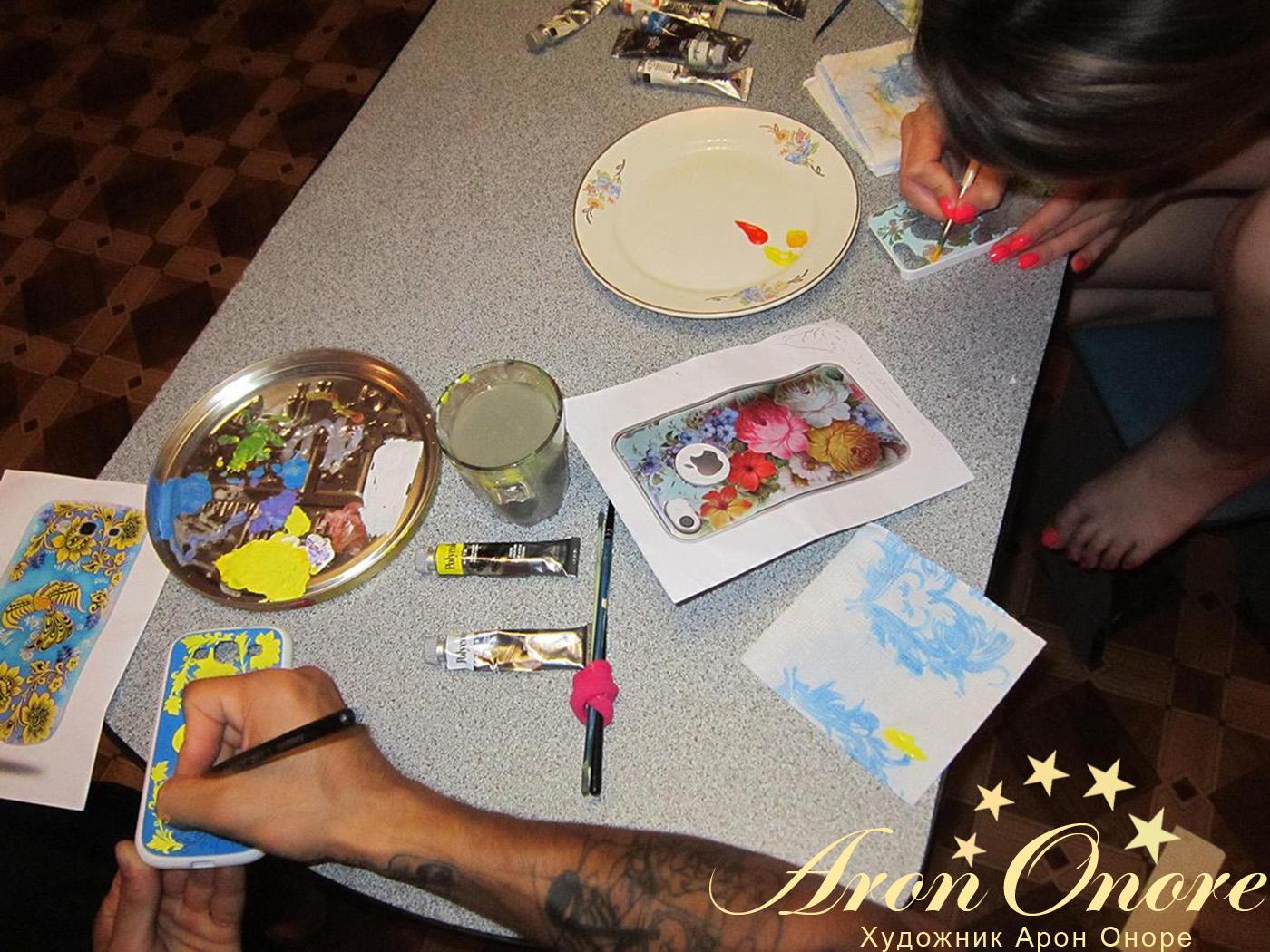 Художники аэрографы – делают роспись на мобильном телефоне