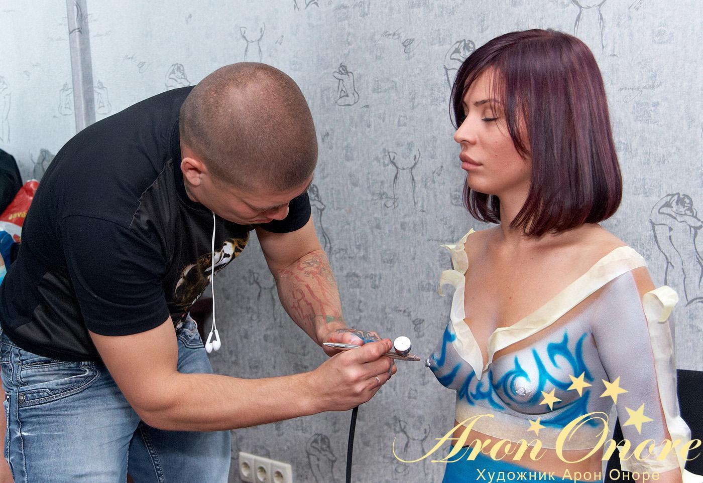 Художник Арон Оноре – занимается росписью художественного рисунка на теле брюнетки