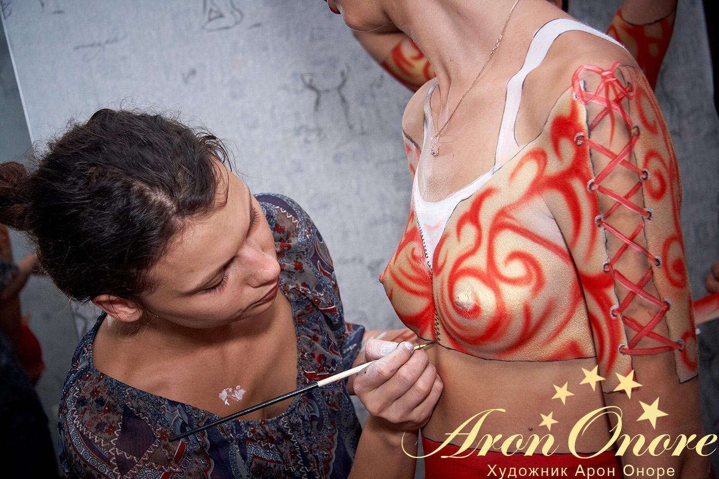 Рисунок на теле девушки – процесс создания боди арта