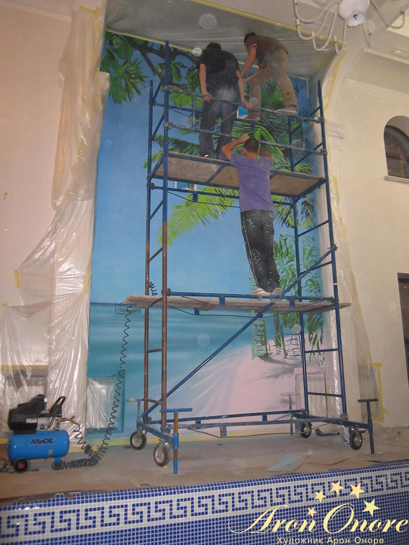 Художники аэрографы создают рисунок на стене в частном доме